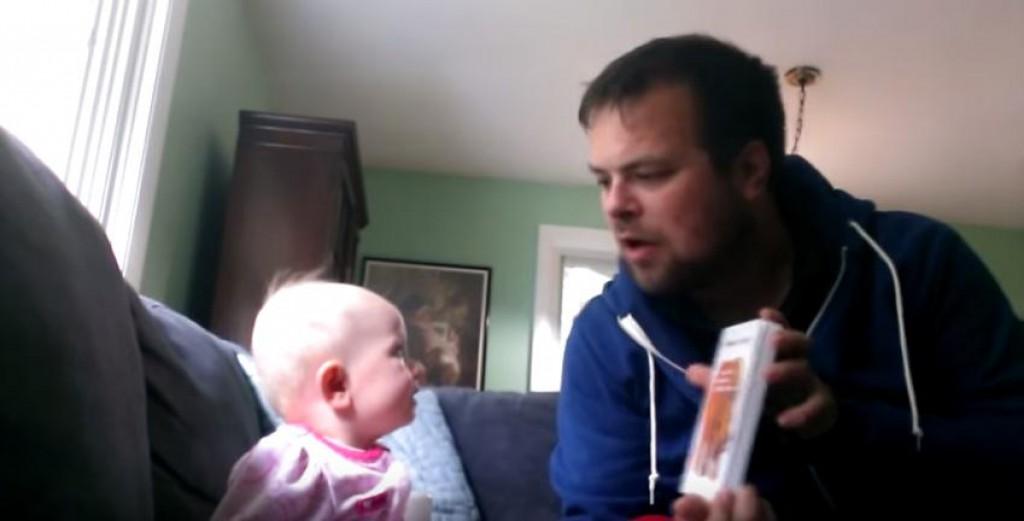 Ujak je uzeo knjigu u ruke i počeo čitati bajke, a reakcija bebe če vam uljep...